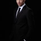 Maxi Iglesias es Roberto, hermano de Eduardo